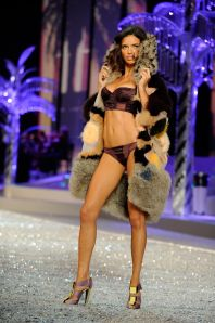 adriana_lima-2008_victoria30s_secret_fashion_show_runway