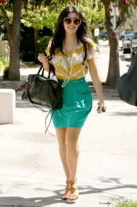kim_kardashian_in a skirt and heels1