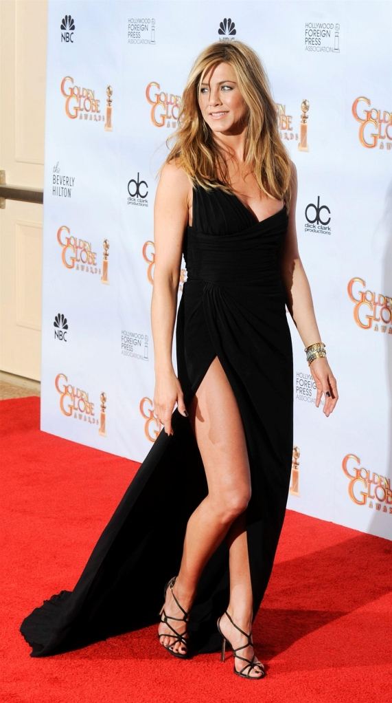 jennifer aniston has gorgeous legs in high heels