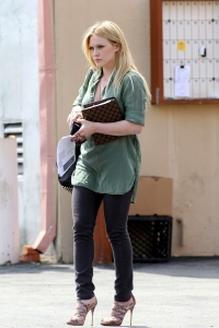 Hilary Duff, wearing skinny black jeans and high heels