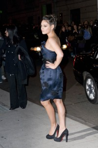 mila kunis blue strapless dress and high heels