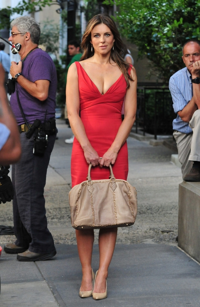 elizabeth hurley on set of gg in red dress