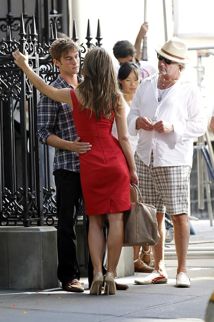 elizabeth hurley on set of gg in red dress