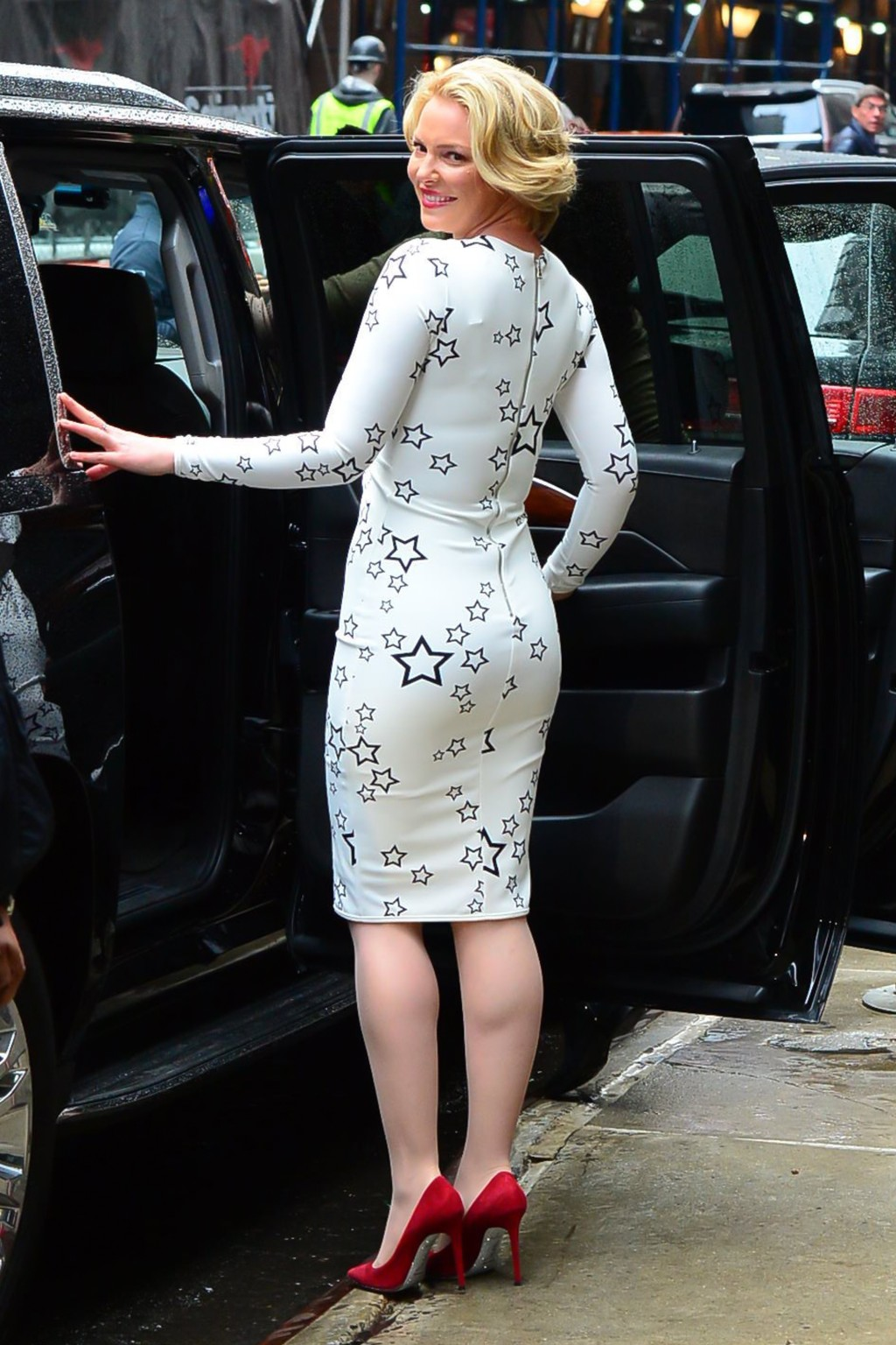 Katherine Heigl Sexy Curves In A Star Printed Dress And -6685